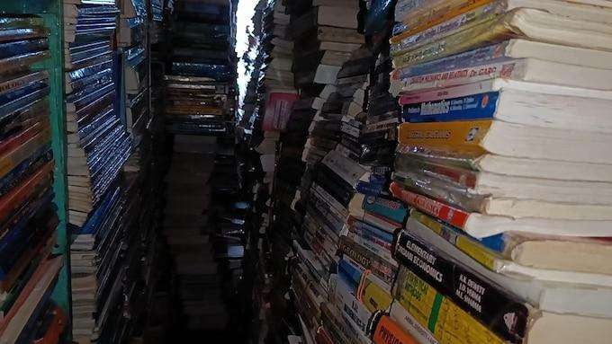 मामू की दुकान पर हजारों किताबें उपलब्ध हैं.