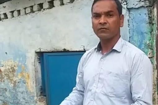 बेतिया में जीवित व्यक्ति को कोरोना से मृतक मान मुआवजा दिया जा रहा था पर उस व्यक्ति ने मना कर दिया.