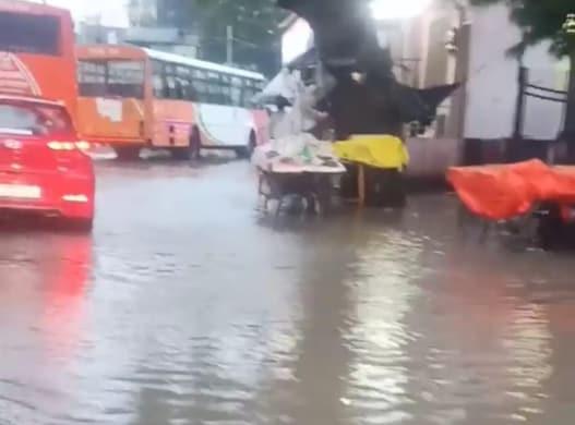 जबरदस्त बारिश से जलमग्न हुई राजधानी की सड़कें