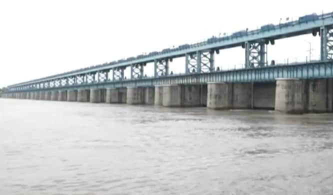 गंगा नदी का जलस्तर बढ़ने से बैराज के सभी 30 गेट खोल दिए गए हैं