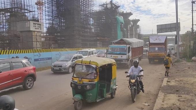 दिल्ली मेरठ रोड पर तेज़ी से गुजरते बड़े वाहन