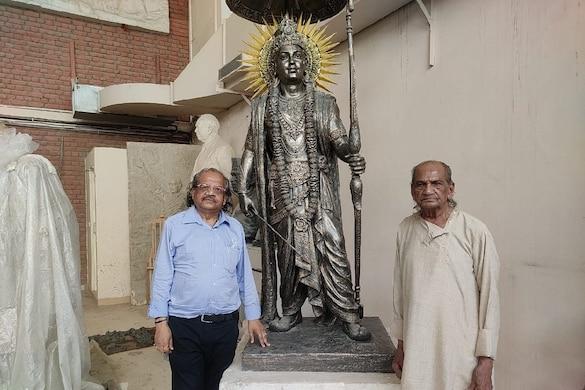 मूर्ति बनाने वाले अनिल सुतार और राम सुतार.