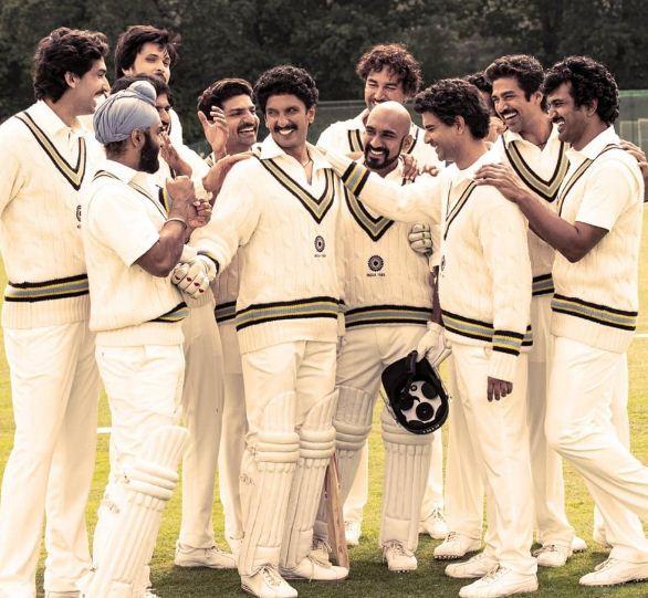 रणवीर सिंह की फिल्म '83' इस साल क्रिसमस के मौके पर 25 दिसंबर 2021 को रिलीज हो रही है. रणवीर ने फिल्म में मशहूर क्रिकेटर कपिल देव का रोल निभाया है. (फोटो साभारः Instagram/taranadarsh)
