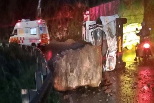 शिमला के शोघी में गाड़ी पर गिरा पत्थर.