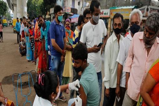 बिहार के ग्रामीण इलाकों में मंगलवार को लोगों को रिकॉर्ड़ टीके लगे. ( AP Photo/Ajit Solanki)