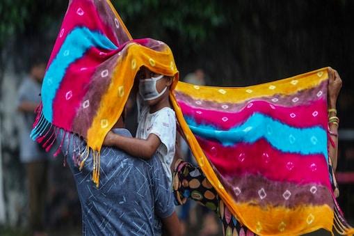 देश के कई हिस्सों में भारी बारिश की आशंका (AP Photo/Channi Anand)