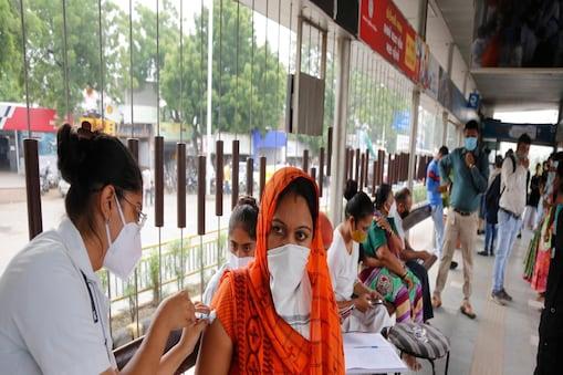 भारत में 80.43 करोड़ से अधिक लोगों का टीकाकरण हो चुका है. (AP Photo/Ajit Solanki)