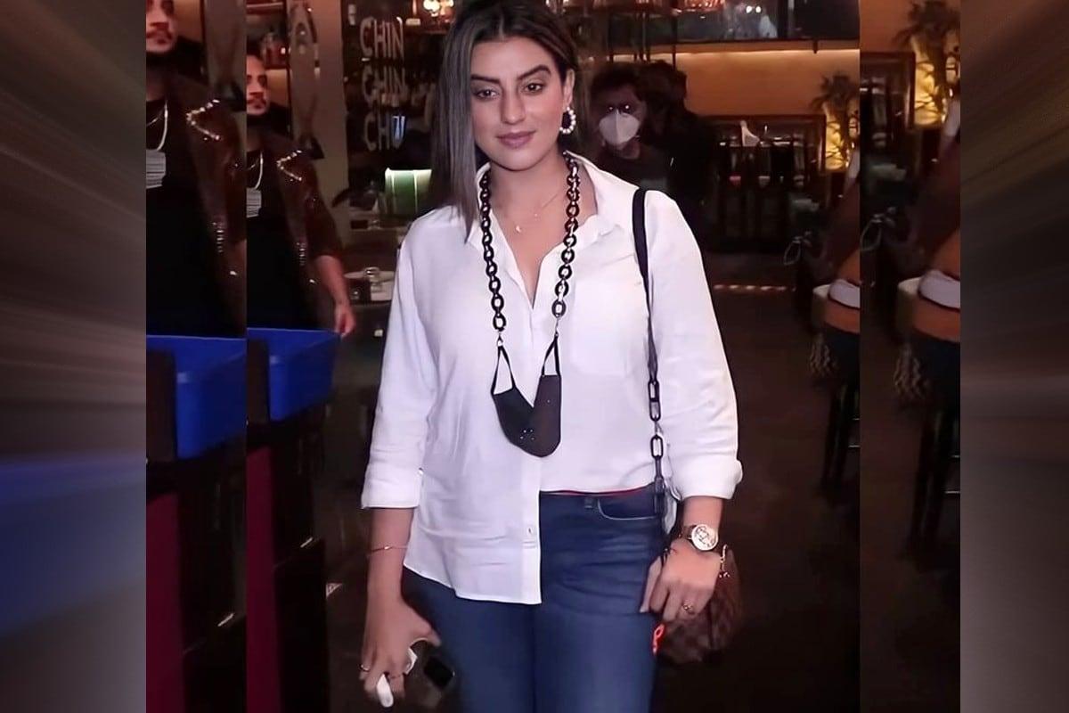 दरअसल, अक्षरा सिंह बिग बॉस (Akshara Singh Bigg Boss) ओटीटी के खत्म होने के बाद पहली बार अपने कनेक्शन मिलिंद गाबा और जीशान से मिलने के लिए पहुंचीं. इस दौरान की उनकी कुछ फोटोज सोशल मीडिया पर वायरल हो रही हैं.