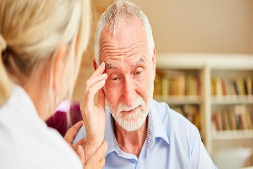ब्रेन में टॉक्सिन जमा होने के कारण अल्जाइमर की बीमारी होती है. (Image:shutterstock.com)