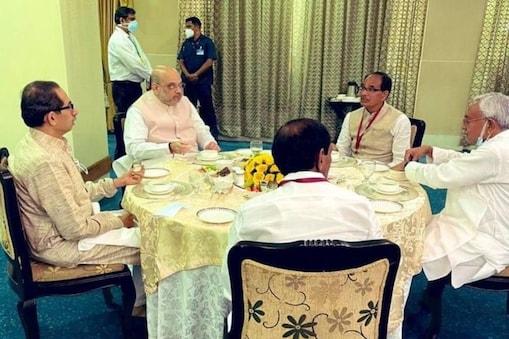 केंद्रीय गृह मंत्री अमित शाह के साथ लगभग तीन घंटे तक चली इस उच्चस्तरीय बैठक में नक्सलियों के खिलाफ अभियान तेज करने और उन्हें मिलने वाली वित्तीय सहायता को रोकने के दो प्रमुख मुद्दों पर चर्चा हुई