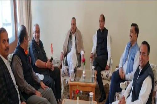 बैठक में राष्ट्रीय उपाध्यक्ष सौदान सिंह, मुख्यमंत्री जयराम ठाकुर, प्रदेश प्रभारी अविनाश राय खन्ना, प्रदेश अध्यक्ष सुरेश कश्यप एवं सह प्रभारी संजय टंडन मौजूद हैं.