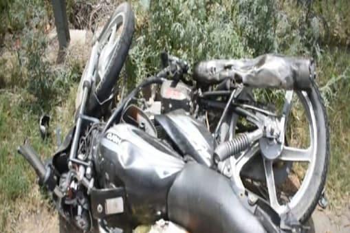 दो मोटरसाइकिलों के बीच हुई सीधी ट्क्कर में एक बाइक पर सवार दो लोगों की मौके पर ही मौत हो गई, जबकि तीसरा युवक गंभीर रूप से घायल हो गया (प्रतीकात्मक तस्वीर)