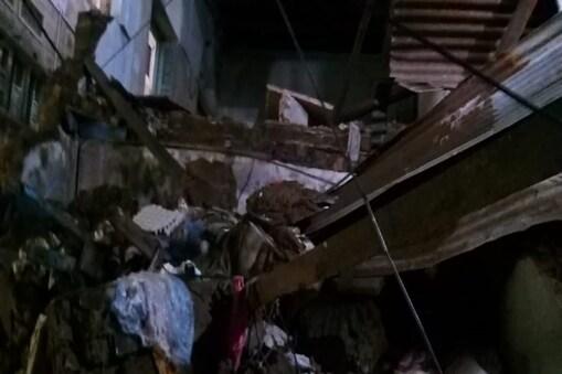 नॉर्थ एमसीडी के सीताराम बाजार इलाके की गली स्कूल वाली में स्थित एक तीन मंजिला इमारत गिर गई.