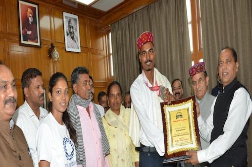 निषाद कुमार ने सोमवार को राजधानी शिमला में अपने परिजनों और कोच नसीम अहमद के साथ सीएम जयराम ठाकुर से मुलाकात की.
