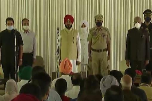 पंजाब: ब्रह्म मोहिंद्रा और मनप्रीत सिंह बादल कैबिनेट मंत्री के रूप में शपथ लेते हुए.