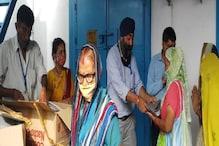 Delhiके बुजुर्गों-युवाओं को नए कपड़े देकर वैक्सीनेशन को कर रहे प्रोत्साहित