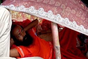 अनोखा अनशन: पुजारी ने बरगद की सबसे ऊपरी टहनी पर बना ली मचान, मौन धारण कर छोड़ा अन्न जल, देखें तस्वीरें