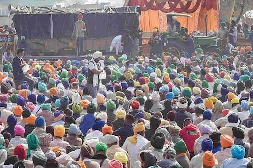 कृषि कानूनों के खिलाफ सिंघु बॉर्डर पर प्रदर्शन करते विभिन्न राज्यों से आए किसान. (फाइल फोटो)