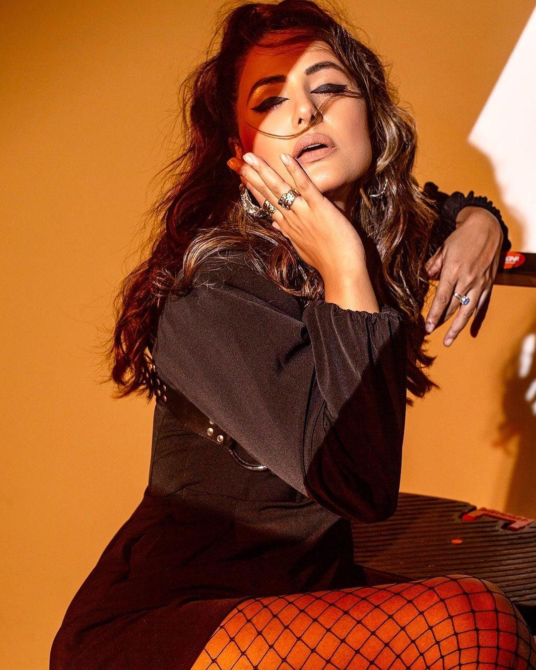 हिना खान अपनी खूबसूरत अदाओं के लिए जानी जाती हैं. वे अक्सर अपनी बोल्ड अंदाज से फैंस को मंत्रमुग्ध कर देती हैं. (फोटो साभारः Instagram/realhinakhan)