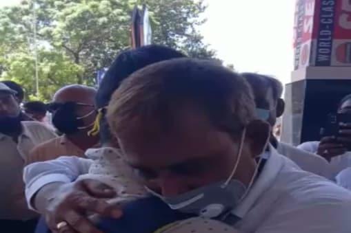 यूपीएससी टॉपर अपने बेटे शुभम कुमार को एयरपोर्ट पर देख कर उनके पिता के आंखों से आंसू निकल आए