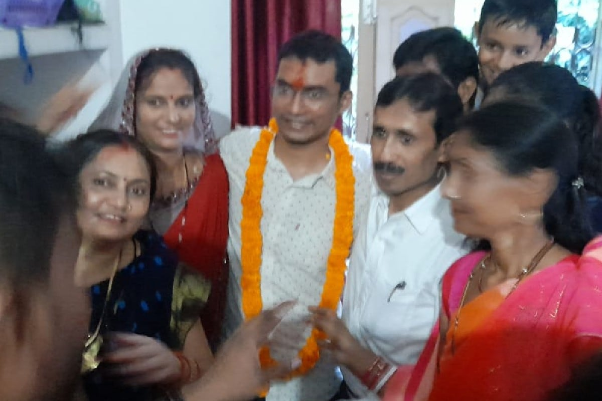 यूपीएससी में टॉप करने के बाद कटिहार का लाल शुभम कुमार आज अपने गांव कदवा प्रखंड के कुमरही गांव लौटा तो उनके परिजनों ने और ग्रामीणों ने बैंड-बाजे के साथ शुभम का स्वागत किया.