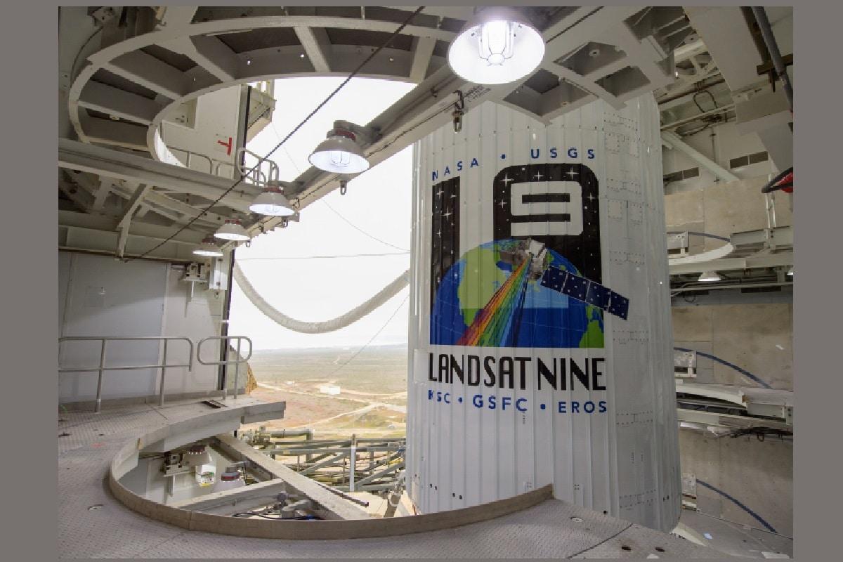 लैंडसैट 9 एक विकसित तकनीक का उन्नत सैटेलाइट है जो अपनी श्रृंखला का नौंवा सैटेलाइट है. इसका संचालन नासा (NASA) का गोडार्ड स्पेस फ्लाइट सेंटर करेगा और इसमें दो उपकरण लगे हैं. ऑपरेशनल लैंड इमेजर 2 (OLI-2) पृथ्वी पर दिखाई देने वाली, नियर इन्फ्रारेड और शॉर्टवेव इन्फ्रारेड प्रकाश वाली तस्वीरों को लेगा. वहीं थर्मल इन्फ्रारेड सेंसर 2 (TIRS-2) पृथ्वी (Earth) के सतह के भूभागों के तापमान का अध्ययन करेगा. (तस्वीर: NASA)