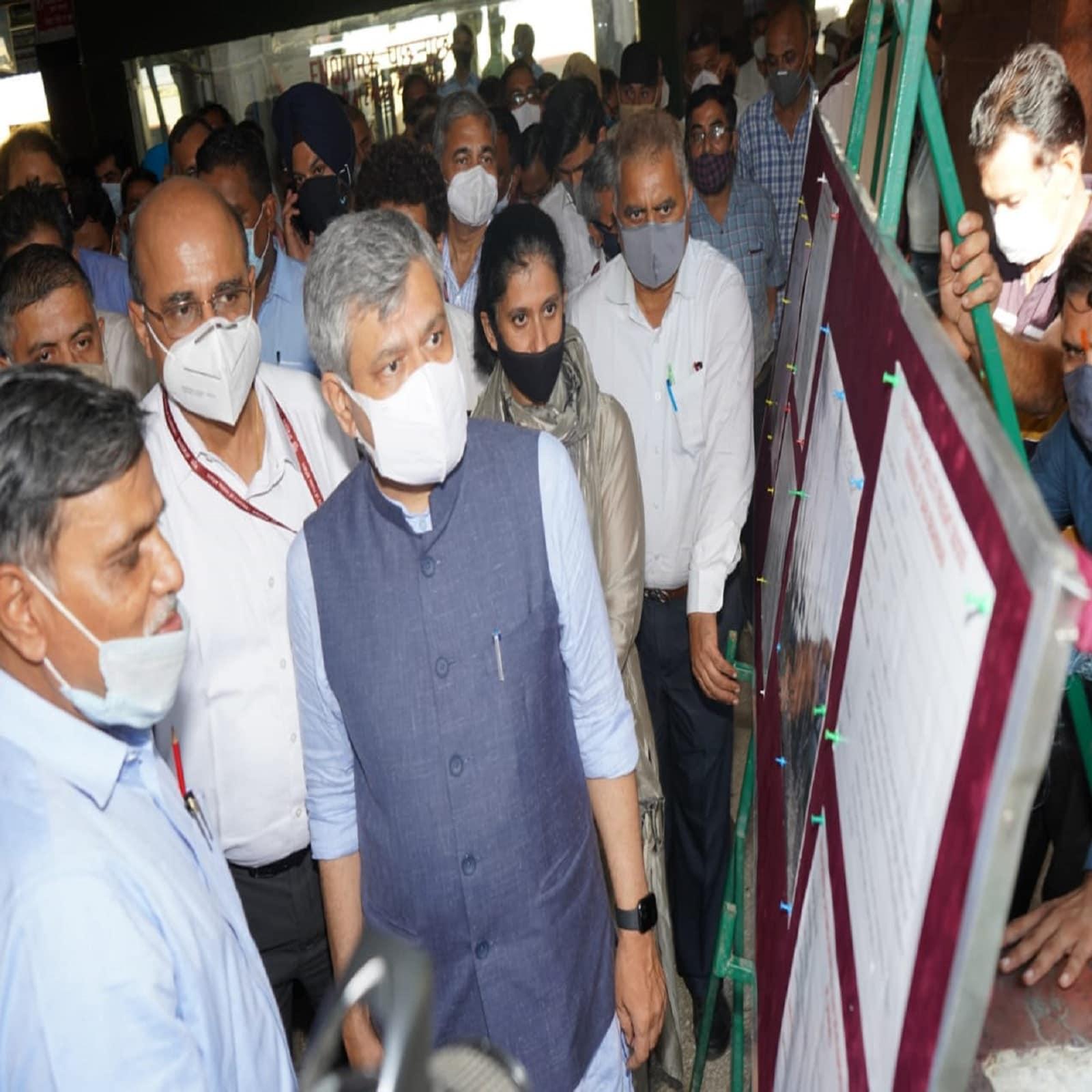 Railway Minister Ashwini Vaishnav gave instructions to rapidly expand the facilities at Katra station.  Indian Railways, Udhampur-Srinagar-Baramulla Rail Link Project, Shri Mata Vaishno Devi Katra Station, Semi High Speed, Vande Bharat Express, Ashwini Vaishnav, Katra-Banihal, Chenab Bridge, Anji Bridge, Indian Railways, USBRL Project, Udhampur-Srinagar- Baramulla-Rail-Link Project, Ashutosh Gangal, Chenab Bridge, Anji Bridge, Semi-high speed express train, Sri Mata Vaishno Devi Katra Station, Vande Bharat Express, Katra-Banihal, Jammu Tawi station