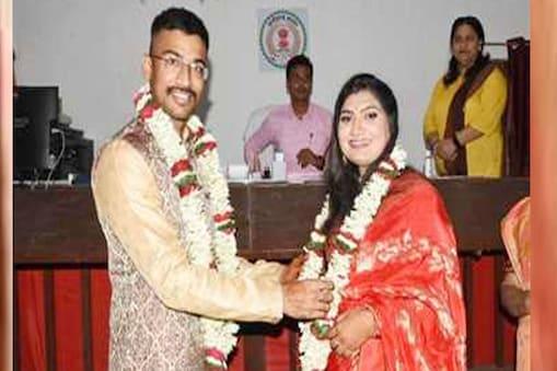 महासमुंद के सरायपाली एसडीएम प्रशिक्षु आईएएस नम्रता जैन और प्रशिक्षु आईपीएस निखिल अशोक कुमार राखेचा ने लिए सात फेरे.