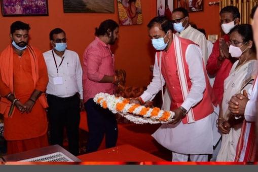 महंत नरेंद्र गिरि के पार्थिव शरीर को श्रद्धांजलि देते यूपी के डिप्टी सीएम केशव प्रसाद मौर्य
