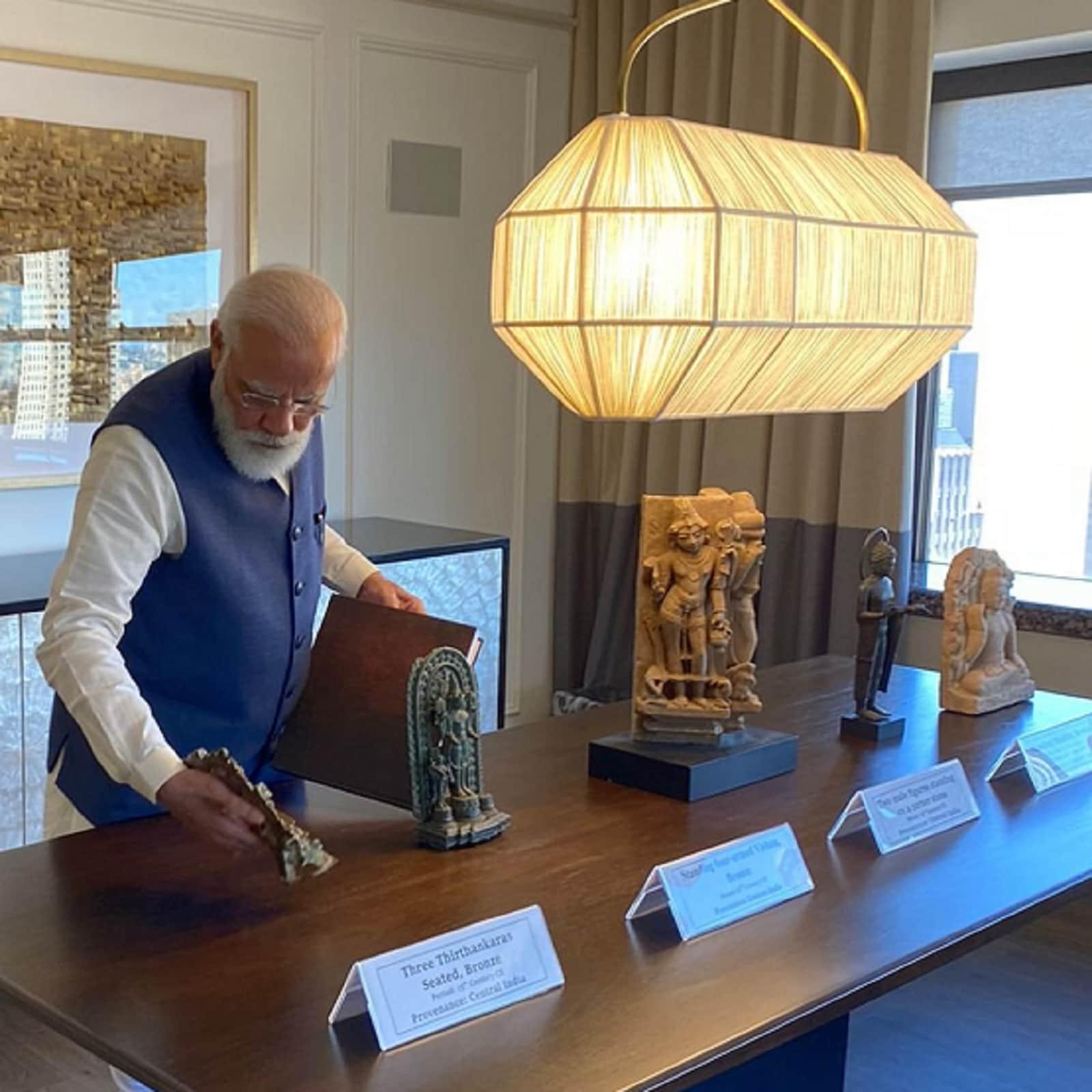 प्रधानमंत्री नरेंद्र मोदी रविवार को जब स्वदेश लौटेंगे तब अपने साथ 157 प्राचीन कलाकृतियां व वस्तुएं लेकर आएंगे. अमेरिका ने इन कलाकृतियों व वस्तुओं को प्रधानमंत्री को भेंट किया है. प्रधानमंत्री कार्यालय (पीएमओ) ने एक बयान में कहा कि इनमें से अधिकतर कलाकृतियां व वस्तुएं 11वीं से 14वीं शताब्दी के बीच की हैं.