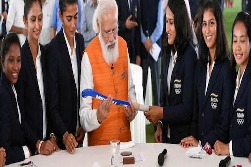 नई दिल्ली में महिला हॉकी टीम की खिलाड़ियों के साथ प्रधानमंत्री नरेंद्र मोदी.