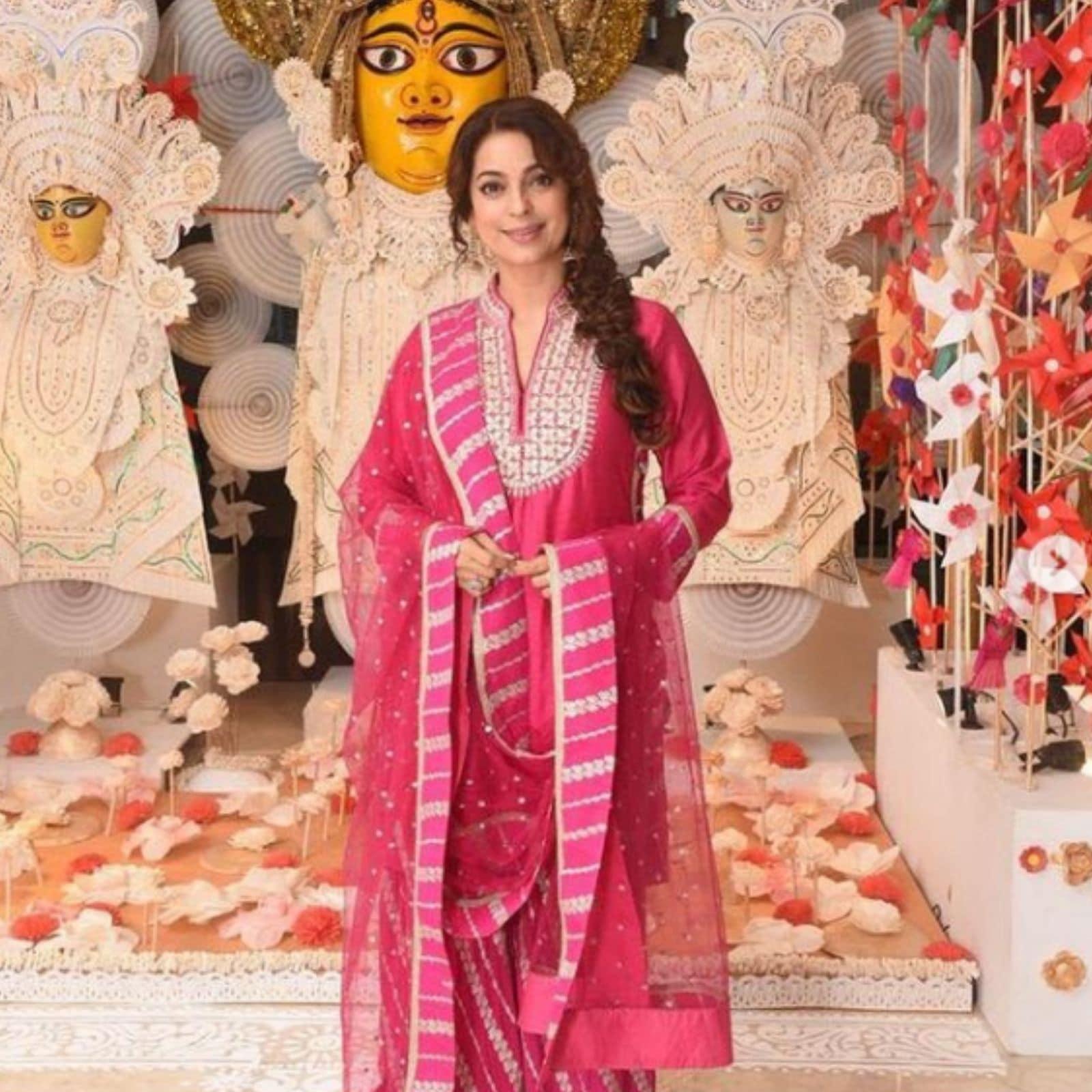 नवरात्री स्पेशल ये आउटफिट जूही चावला के वार्डरोब से है. आप पिंक कलर के कुर्ते के साथ स्ट्रिप्ड शरारा और मैचिंग दुपट्टा पहनें. (Image- Instagram/Juhi Chawla)