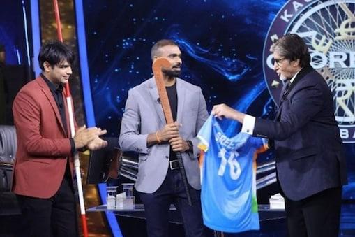 अमिताभ बच्चन को भारतीय हॉकी टीम के ऑटोग्राफ से सजी जर्सी गिफ्ट करते पीआर श्रीजेश. (Photo @sonytvofficial/Instagram)