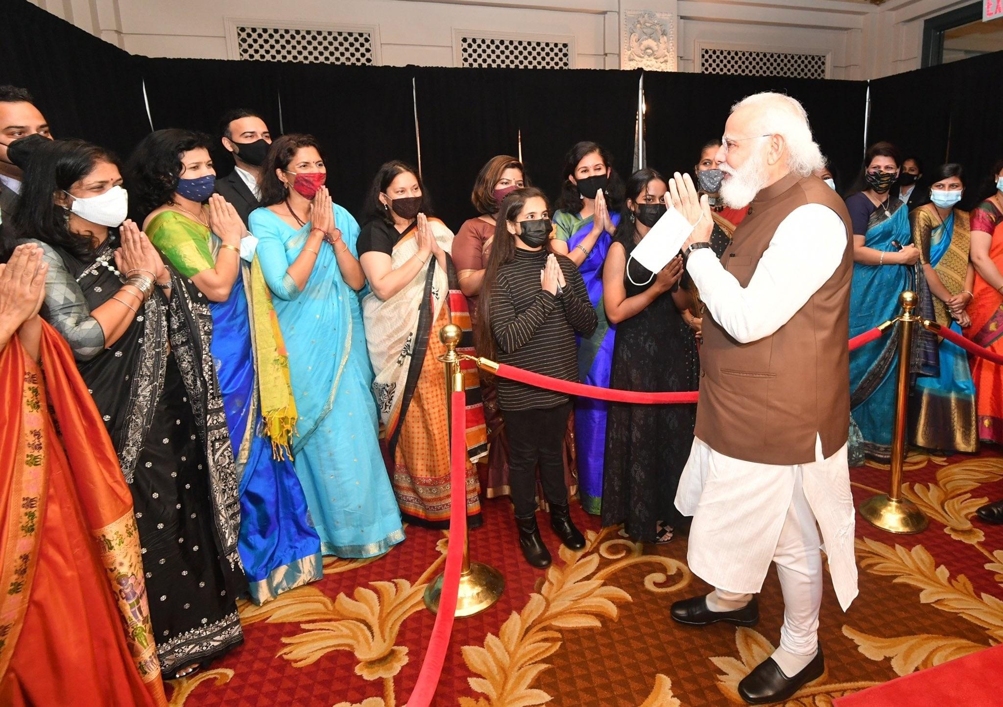 प्रधानमंत्री नरेंद्र मोदी भारतीय समयानुसार गुरुवार सुबह अमेरिका पहुंचे. इस दौरान हवाई अड्डे पर भारतीय समुदाय ने उनका जोरदार स्वागत किया. पीएम ने दुनिया भर में अपनी अलग पहचान बनाने के लिए प्रवासी भारतीयों की सराहना की.