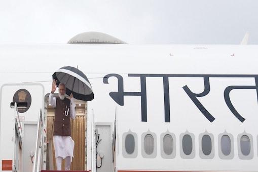 प्रधानमंत्री नरेंद्र मोदी वाशिंगटन में अपने खास विमान इंडिया वन से उतरते हुए.