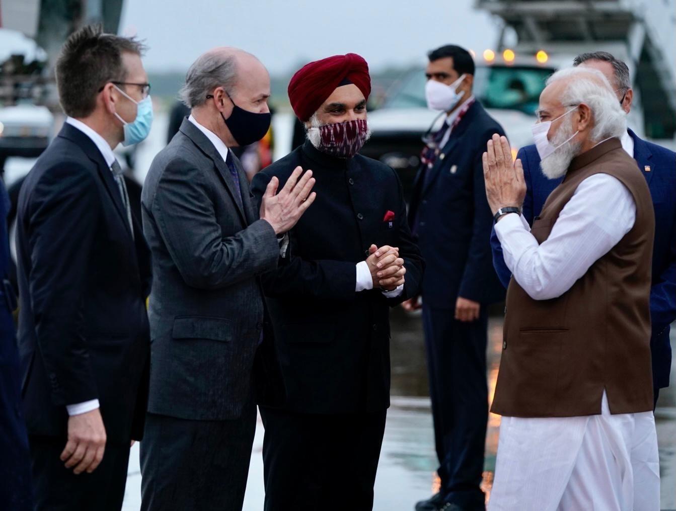 पीएम के अमेरिका पहुंचने पर ब्रिगेडियर अनूप सिंघल, वायुसेना अधिकारी अंजन भद्रा और नौसेना अधिकारी निर्भया बापना के साथ अमेरिका में भारत के राजदूत तरणजीत सिंह संधू ने भी उनका स्वागत किया.