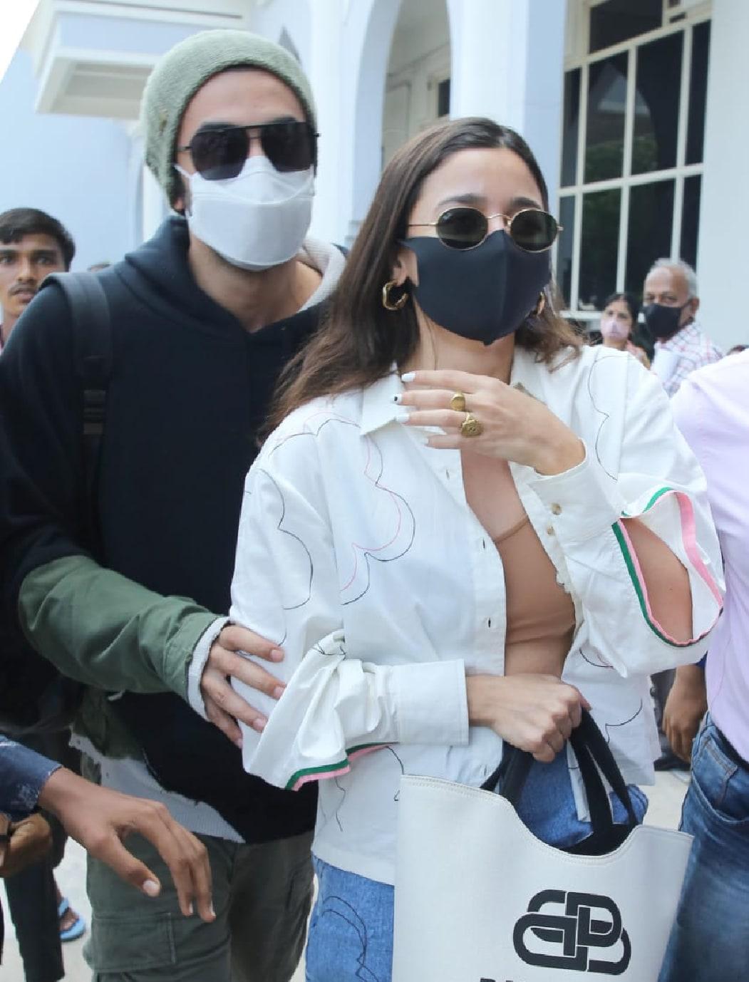 इस दौरान आलिया व्हाइट शर्ट और ब्लू जीन्स में नजर आईं, तो वहीं रणबीर ब्लैक ड्रेस पहने हुए थे. (फोटो साभारः Viral Bhayani)