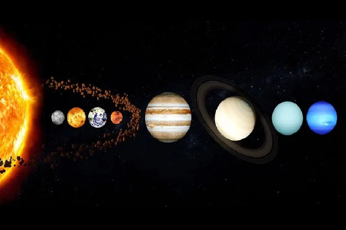 इन तमाम प्रक्रियाओं के चलते जो बात एक सी रही, वह था प्रोटोप्लैनेटरी डिक्स (proto planetary disk) और उसके बाद बने ग्रहों की कक्षा का तल (Plane of orbit). डिस्क जब पूरी तरह से धूल की थी तब और उसके बाद अलग अलग आकार के पिंड बनने के बाद भी पूरा तल एक ही रहा और हाजिहिपोर के मुताबिक यही वजह रही कि सौरमंडल (Solar System) के 8 ग्रह और दूसरे पिंडों की कक्षा करीब करीब एक ही सी रही. (प्रतीकात्मक तस्वीर: Pixabay)