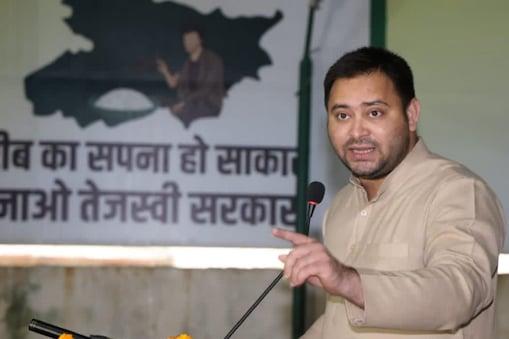 पटना में राजद कार्यकर्ताओं को संबोधित करते हुए तेजस्वी यादव