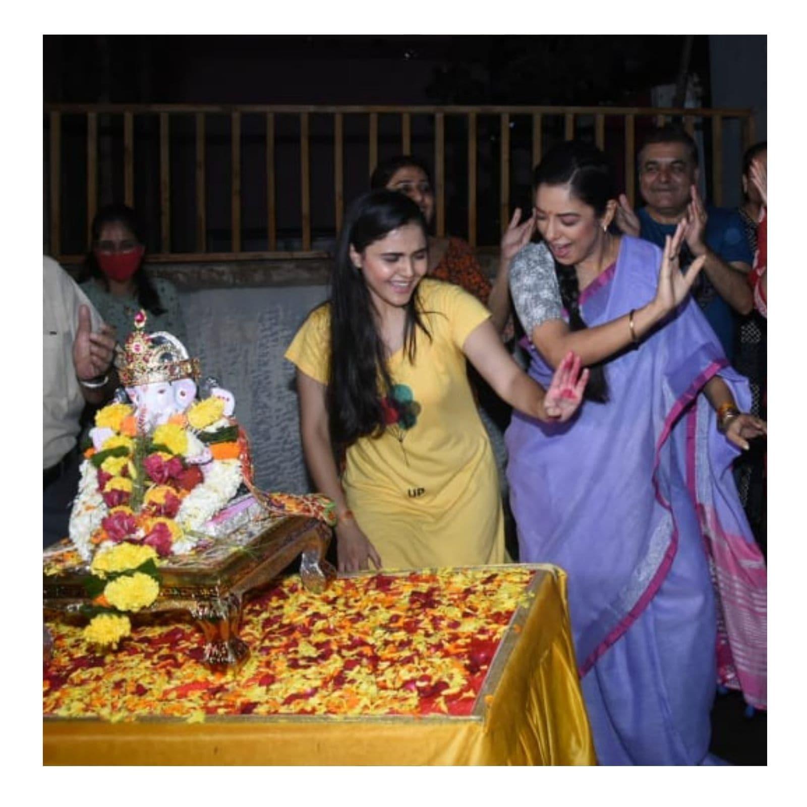 मुंबईः गणेश चतुर्थी (Ganesh Chaturthi) का त्योहार पूरे देश में पूरे उल्लास के साथ मनाया गया. पूरा देश गणेश पंडाल से सजा रहा. पॉपुलर टीवी सीरियल अनुपमा (Anupamaa) के सेट पर भी गणपति की प्रतिमा स्थापित की गई थी. 10 दिनों तक धूमधाम से गणपति उत्सव मनाने के बाद अब रविवार को बप्पा का विसर्जन किया गया. अनुपमा के सेट से भी अब बप्पा की विदाई हो गई है. जिसकी कुछ तस्वीरें भी सामने आई हैं. (फोटो साभारः Viral Bhayani)