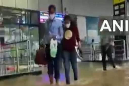 भारी वर्षा के बाद विशाखापत्तनम अंतर्राष्ट्रीय हवाई अड्डे पर भीषण जलभराव. (एएनआई)