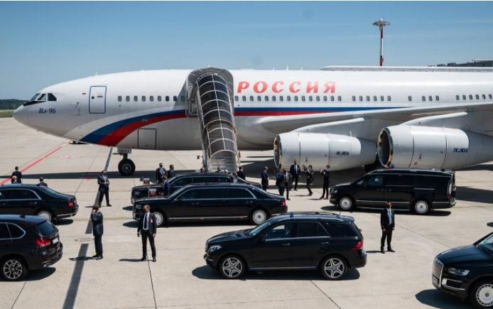 आमतौर पर विमान दो इंजन के होते हैं लेकिन ये 04 इंजन का है, 4. ये 55 मीटर लंबा और डैनों के साथ 60 मीटर चौड़ा है, 5. इसकी स्पीड 900 किलोमीटर प्रति घंटे की है. बताते हैं कि जब पुतिन के लिए ये विमान बनाया जा रहा था, तब वो रूस के प्रधानमंत्री थे, वो विमान के प्लांट में जाकर खुद इसकी निगरानी करते थे.