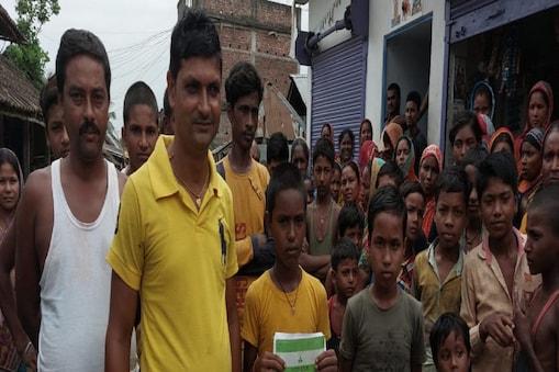 बैंक खाते में करोड़ो रुपए आने के बाद अपना पासबुक दिखाते बिहार के कटिहार के बच्चे