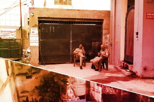 नूर नगर के मंदिर के बाहर बैठी पुलिस सुरक्षा करते हुए.