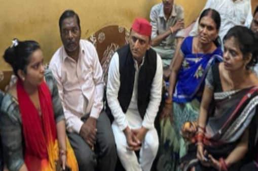 UP: अखिलेश यादव गुरुवार को कानपुर में मनीष गुप्ता के घर पहुंचे.