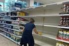 ब्रिटेन में बिगड़े हालत, सुपर मार्केट में खाने-पीने की चीजें और ईंधन की कमी