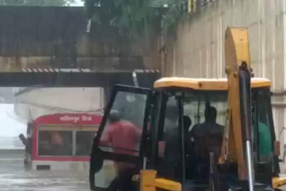 बस के मैनपुरी अंडरपास के नीचे फंस जाने के साथ ही 40 यात्रियों की जान पर बन आई.