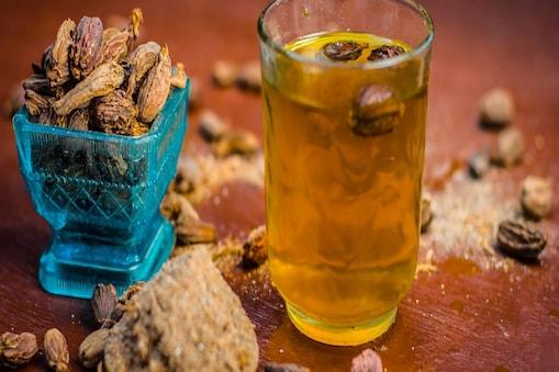 इलायची का पानी पीने से ब्लड शुगर लेवल कंट्रोल में रहता है. Image-shutterstock.com