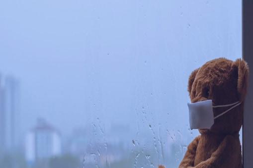बारिश में भीगने के बाद गर्म पानी से नहाना बच्चे को कीटाणुओं से छुटकारा पाने में मदद कर सकता है. Image - Shutterstock.com