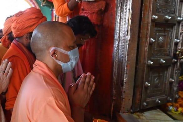 मुख्यमंत्री योगी आदित्यनाथ ने अयोध्या पहुंचकर  हनुमानगढ़ी और रामलला के दर्शन किए.